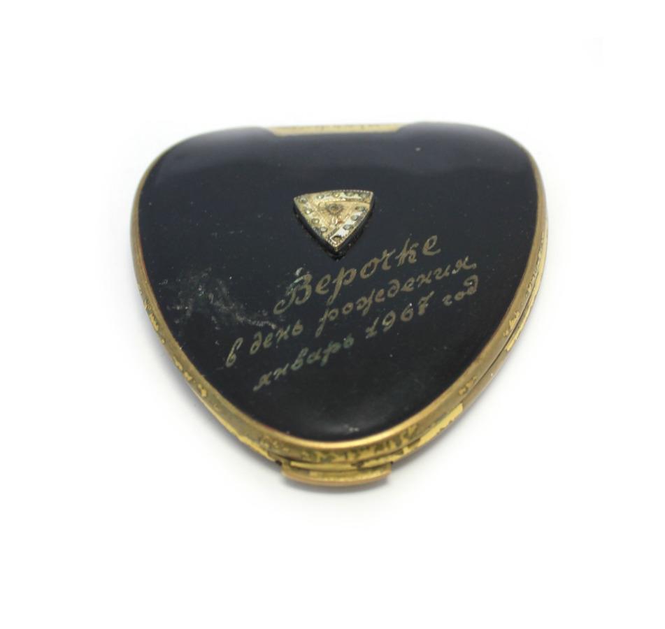Пудреница сгравировкой «Верочке вдень рождения - январь 1967» (8 см) 1967 года (СССР)