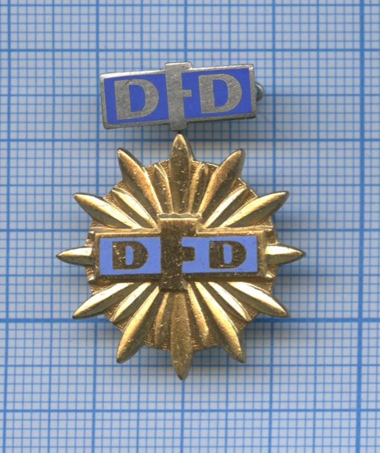 Набор знаков «DFD» (Заособые достижения союза немецких женщин), скоробочкой (Германия (ГДР))