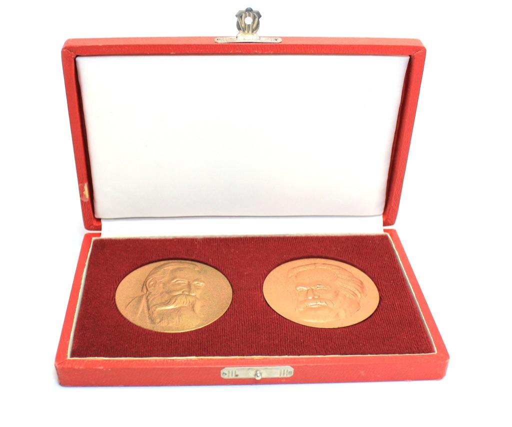 Набор настольных медалей «К. Маркс», «Ф. Энгельс» (вфутляре) (СССР)