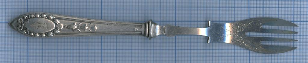 Вилка десертная (штихельный рисунок, глубокое серебрение, клеймо, до1917 г., 19,5 см)